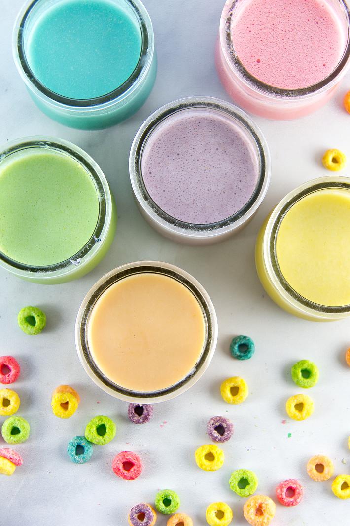 petits pots de yaourt remplis de peinture maison à base de Fruit Loops et de yaourt