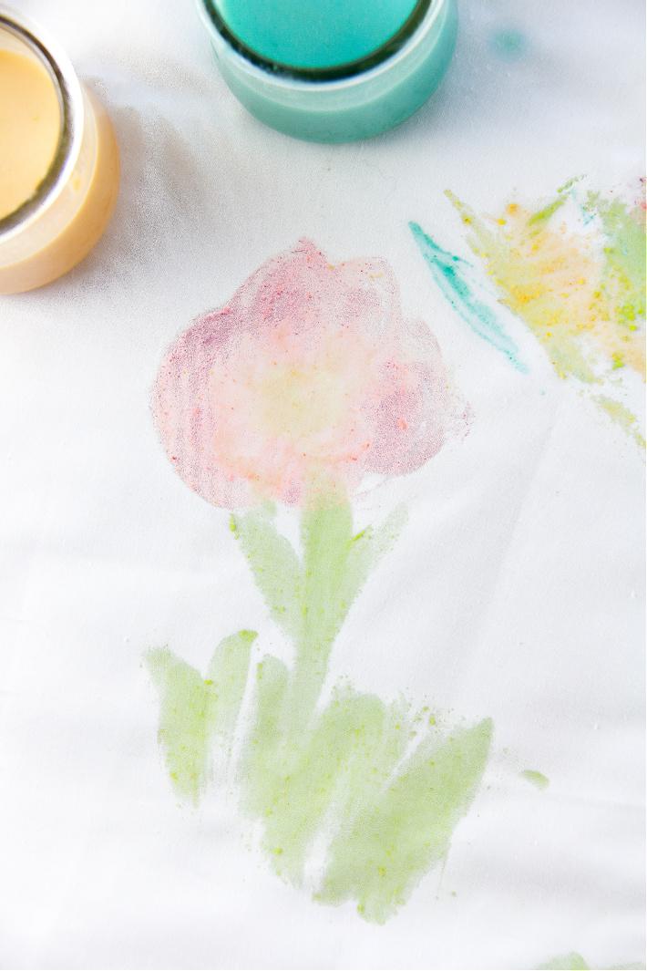 Une fleur peinte sur une feuille avec de la peinture Fruit Loops