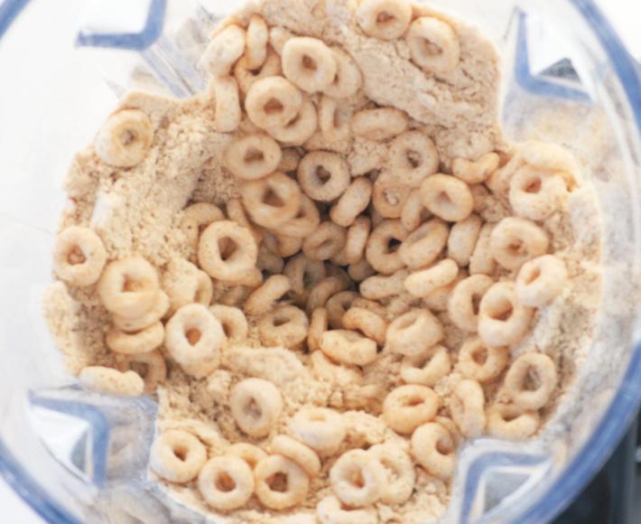 Étape 1 : Sable comestible à partir de Cheerios - céréales sèches dans le mélangeur par le haut