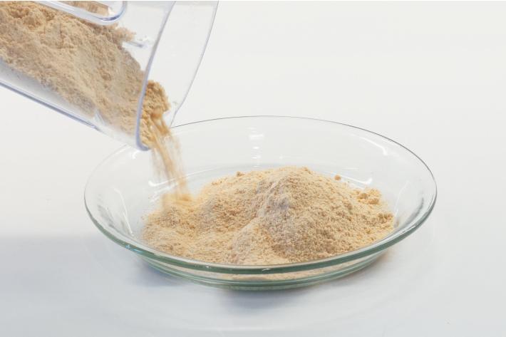 Étape 2 : Faire du sable comestible à partir de Cheerios dans un mélangeur - versez le sable Cheerio dans un plat de cuisson profond pour jouer