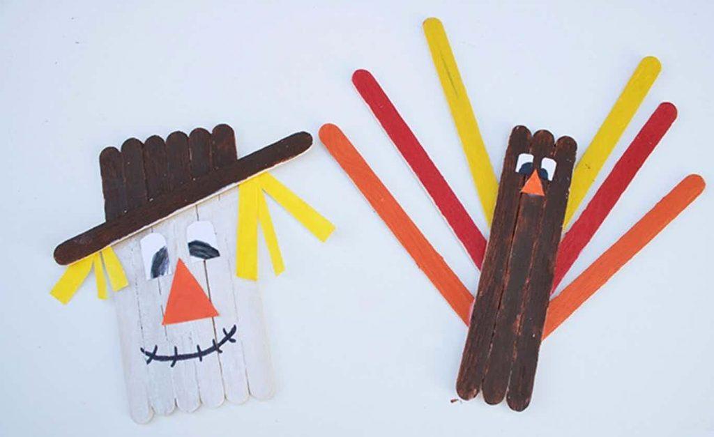 artisanat de bâton de popsicle pour l'automne - épouvantail et dinde en bâtonnets d'artisanat